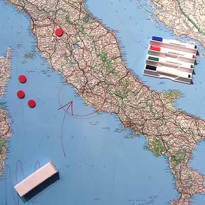 immagine di mappa murale mappa murale Mappa Murale Magnetica d' Italia - cartografia dettagliatissima ed aggiornata - su robusto pannello in acciaio smaltato con cornice in alluminio anodizzato, scrivibile e lavabile + kit lavagna magnetica in omaggio (spray per la pulizia, calamite, pennarelli, cimosa e portapennarelli calamitati) - 100 x 140 cm