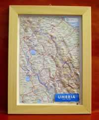Umbria - carta in rilievo con cornice in legno 28x36 cm